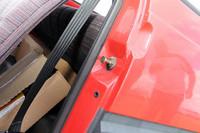 ドアロックのキャッチ下の黒いキャップは、サイドインパクトバーが装着されていることの証し。