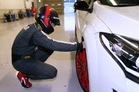 走行前。ロラン・ウルゴンが入念にタイヤの状態をチェックする。