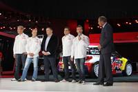 セバスチャン・ローブ選手(右から二人目)ほか、ラリードライバーたちが登場。