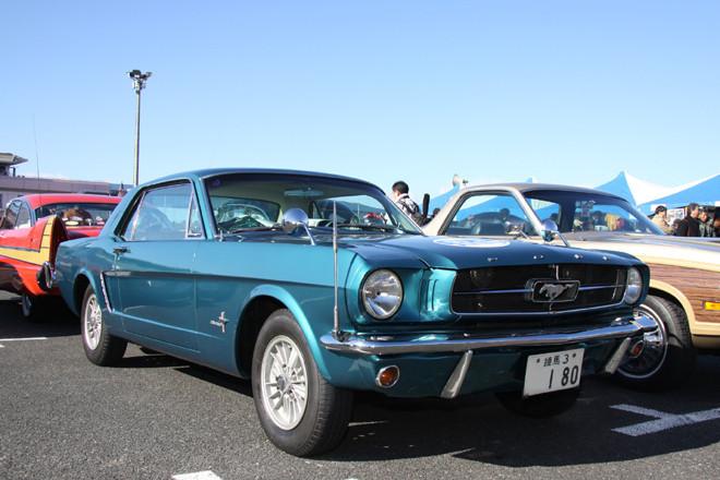 1965年「フォード・マスタング」。3.3リッターの直6エンジンを搭載した、初代マスタングの基本となるハードトップ。「練馬3」のシングルナンバー付きのワンオーナー車という申し分のないヒストリーつきで、コンディションも良好。