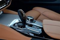 従来モデル同様、シフトセレクターや走行モードの切り替えボタン、インフォテインメントシステムのコントローラーなどは、センターコンソールにまとめて配置されている。