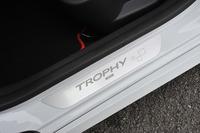 サイドシルには、最高峰モデル「TROPHY」のロゴマークとシリアルナンバーが入った専用のプレートが装着される。