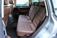 全車に標準装備されるスライド&リクライニング機能付き分割可倒式リアシート。格納は荷室側面のスイッチからでも操作できる。