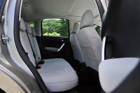 外観から想像するよりはるかに後席が広いことが印象的。大人4名の長距離ドライブに十分耐える。