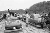 """写真の右側に写っているのが、""""現役当時""""の100号車の姿。日産はこのアトラクションについて、車両の寄贈だけでなく、自動車交通教育の教材提供や、走行コースの監修なども行った。"""