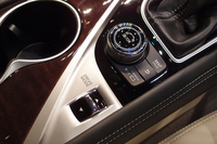 センターコンソールに備わる、ドライブモードの選択スイッチ。