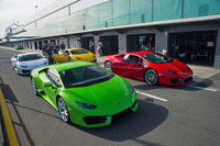 試乗の舞台はオーストラリア・メルボルン郊外のフィリップアイランド・サーキット。ピットレーンに色とりどりの「ウラカンLP580-2」が並ぶ。