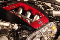 最高出力600ps、最大トルク66.5kgmを発生する3.8リッターV6ツインターボエンジン。NISMOエンブレム付きのエンジンカバーを備えている。
