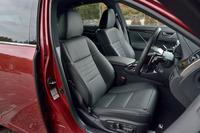 """""""Fスポーツ""""専用デザインの本革シート。運転席と助手席には、ベンチレーションとシートヒーターが備わる。"""