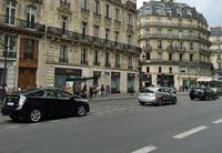 パリのオペラ座通りにて。写真に見られるタクシーは全て、日本車の「プリウス」または「プリウス+」(日本名「プリウスα」)である。