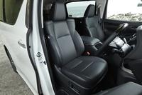 "「SR""Cパッケージ""」の運転席は、本革仕様の8ウェイパワーシート。助手席にはオットマン機能も備わる。"