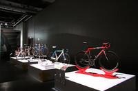 「チネッリ」「デ・ローザ」「コルナーゴ」などの自転車が並べられたコーナー。
