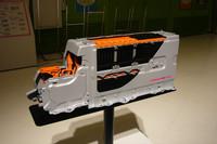 7人乗り仕様車のセンターコンソール内に収まる、リチウムイオンバッテリー。5人乗り仕様車は荷室床下のニッケル水素バッテリーを動力源とするが、バッテリーの違いによる走行性能の差はないとのことだ。