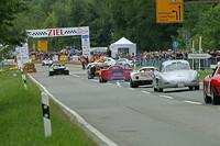 スタートラインから順番に走り出すマシン達。「ランチア・ストラトス」「フェラーリ330P4」「ポルシェ910」「メルセデス・ベンツ300SL」……と垂涎(すいぜん)の名車が続く。このあたりは観客の数もひと際多く、1台1台が走り出すたびに大歓声が巻き起こっていた。(S)