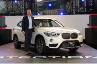 新型「BMW X1」と、BMWジャパンのペーター・クロンシュナーブル代表取締役社長。