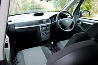 ドリンクホルダーも、センターコンソール、リアボックス、リアテーブルなど、随所に用意される。アームレスト内部や、助手席下に小物入れがあるなど、気が利いている。一方、運転席まわりに、サイフや小銭、携帯電話をヒョイと置くスペースがないことは、欧州車共通か。