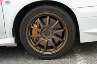 RAYS製鍛造アルミホイールに装着されるのは、225/45ZR17サイズのブリヂストン「ポテンザRE070」。