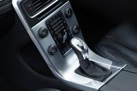 「V60 T4 R-DESIGN」は、トランスミッションにデュアルクラッチ式のロボタイズド6段セミATを搭載。シフトプログラムなどに標準車からの変更はない。