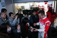 レース終了を最後まで見守っていた多くの観客のために、レース後パドックが開放され、ドライバーはサイン、記念写真で応えた。