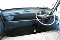 全幅にわたって荷物棚が備わり、計器類は速度計のみという超シンプルな1965年「ライトバン・スタンダード」のダッシュボード。空冷エンジンなので水温計は不要だが、燃料計もなく、速度計の中にある残量警告灯だけが頼りである。ただし、より年式の古い64年「デラックス」は警告灯も付いていない。シートはベンチ式で、ギアボックスは3MT。