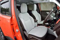 ファブリックで仕立てられた、「レネゲード オープニング エディション」のシート。より上級のグレードには、プレミアムファブリックシートやレザーシートが装着される。