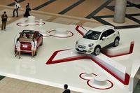 FCAジャパンのブースは4ブランドで構成される。写真はフィアット車の展示スペースで、右に見えるのが「500X」。左が「500C」。