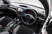 運転席まわりの様子。ピアノブラックのインストゥルメントパネルには「S206」のロゴが入れられる。