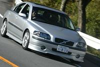2003年のフランクフルトショーで展示された「S60 Sport」を源流にもつ2.5T Sport。「専用ボディキット(前後スポイラー、サイドスカート、リアアンダースポイラー)」「スポーツサスペンション」「バイキセノンヘッドランプ」「フロントフォグランプ」「ガラスサンルーフ」「アルミパネル」「本革スポーツシート」などを装備。ホイールも専用だ。