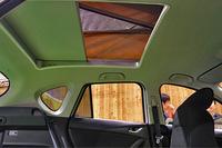 """車内からテント部分へはこの""""天窓""""を通じて行き来する。"""