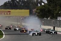 ポールシッターのハミルトン(先頭)は、スタートでトップを守ったものの、ターン1への進入でタイヤスモークをあげコースオフ。マシン、タイヤに大きなダメージもなく切り抜けることができた。(Photo=Red Bull Racing)