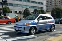 試乗に出て行く現行型の「FCX」。 参加家族を順番に乗せては、ホンダ本社周辺をまわった。
