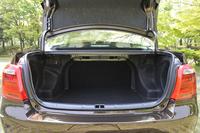 「カローラ アクシオ」(ハイブリッド車)のトランクルーム。ガソリンエンジン車と同等の容量が確保されるものの、トランクスルー機構は備わらない。