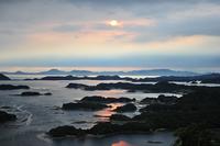 夕暮れとともに神秘的に変化してく九十九島。映画『ラストサムライ』のオープニングにも使用された。