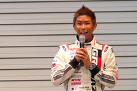 記者発表会で「GAZOO Racingチャレンジプログラム」について説明するレーシングドライバーの井口卓人選手。