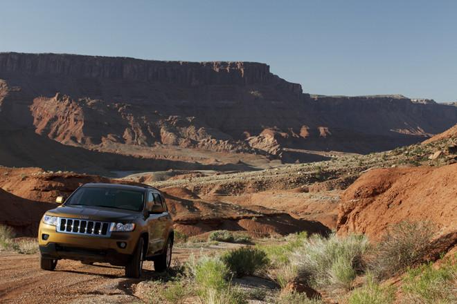 赤い岩に覆われる、モアブの景色。ここはアメリカ南西部を代表する観光地で、マウンテンバイク、ハイキング、ラフティング、オフロードドライブを満喫できるスポットとしても知られる。