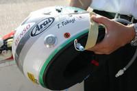 初めて見ましたこのヘルメット! 今年からインディカーシリーズで使われてるもので、名前は忘れちゃったけど、新しい安全システムが組み込まれた。 頭頂部にエアバッグ(のようなもの)が格納してあり、クラッシュ時、この管から圧縮空気かなんかで膨らませる。すると、ジェット機の緊急脱出よろしく、首や頭を痛めずヘルメットを脱がすことができるのだ。画期的!