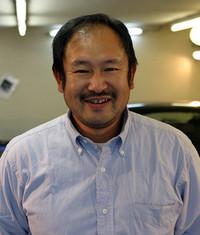 「クルマにとにかく関わりたい」と25歳の時から45歳の現在まで磨き一筋20年の加藤さん。た、頼みますよ〜。店は大田区http://www.ks-inc.co.jp/
