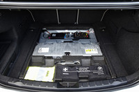 荷室フロアの下に収納されるリチウムイオンバッテリー。