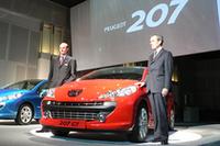 プジョー・ジャポンのティエリー・ポワラ社長(左)と、207発表会のためにフランスから駆けつけた、オートモビル・プジョーのフレデリック・サンジュール社長。「207を入門車として、プジョーブランドがスタイルだけで評価されるものではないことを、伝えていきたい」とコメントした。