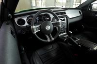 オーディオなどの快適装備はベース車に準拠。狭い後方視界を補うためか、ルームミラーにはバックモニター機能が内蔵されている。