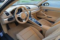 インストゥルメントパネルのデザインは兄弟車の「ボクスター」と共通。ポルシェの伝統に従い、イグニッションスイッチはステアリングホイールの左側(右ハンドル仕様の場合は右側)に備わる。