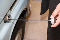 燃料計も残量警告灯もなしで、どうやって燃料の残量を知るかといえば、燃料キャップにオイルレベルゲージのようなゲージが付いているのだ。燃料タンク容量は20リッター。ちなみにこれら2台は「スバルマチック」と呼ばれる分離給油機構を備えているが、1964年7月以前のモデルは混合給油(あらかじめ2ストローク用エンジンオイルを混ぜたガソリンを給油する)だった。混合比率はガソリン対オイルが20:1前後で、当時はGSで混合ガソリンが販売されていた。