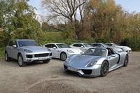 現在ポルシェがラインナップする、PHV3モデル。写真左は今回のテスト車「カイエンS E-ハイブリッド」で、右手前がスーパースポーツ「918スパイダー」。その奥に並ぶのが、4ドアサルーン「パナメーラS E-ハイブリッド」である。