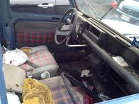 「ルノー4」の車内。シフトノブやメーターの一部は、誰かに持ち去られたものと思われる。シートには、ジャガイモが入った袋が。