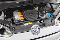 82ps/21.4kgm(60kW/210Nm)を発生するモーターがボンネット下に搭載されており、前輪を駆動する。0-100km/hは12.4秒で、最高速は130km/h。