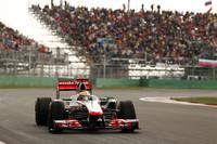 コース内外で物議を醸した2011年のハミルトン。今年初のポールポジションを決めた後も厳しい表情を崩さず、レースでは原因不明のダウンフォース不足、それにともなうアンダーステアに悩まされながらもマーク・ウェバーとの激しい2位争いを制した。表彰台の上ではようやく笑顔に。(Photo=McLaren)