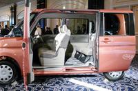 スライドドアは上級グレードのみ電動。挟み込み防止機能も備わる。フロントドアも90度に開くことで乗降性を高める。
