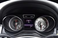 メーターは、大小4つのアナログ計で構成される。中央のマルチインフォメーションディスプレイには、運転支援システムのほか、さまざまな車両情報が表示される。