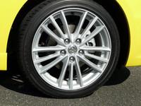 先代モデルより1インチアップされた、専用の17インチホイールと195/45R17タイヤが装着される。