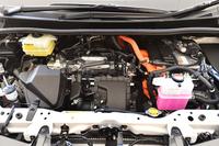 ハイブリッドユニットは、ハイブリッドカーの代名詞「プリウス」とも共通のもの。ただし、車重の重いミニバンでも良好なピックアップが得られるよう、低速域の出力特性が最適化されている。